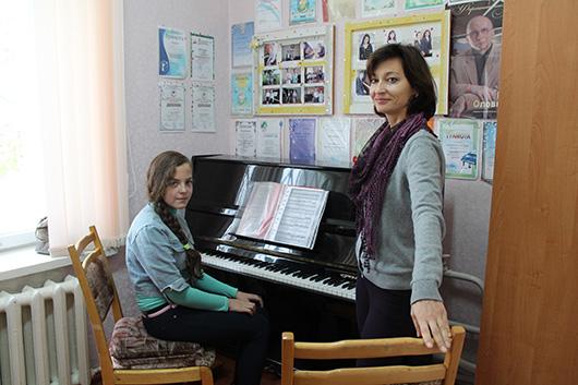 Ирина Владимировна Кулинич, учитель по классу фортепиано, вместе с ученицей Яной Полторан.