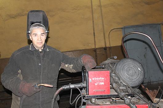 Большой опыт по ремонту автомобилей у электрогазосварщика Э.Л. Гетченко: в филиале трудится свыше 10 лет.