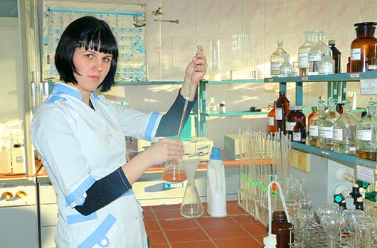 Лаборант 4-го разряда М.С.Веракса проводит исследование сточной воды на хлориды.