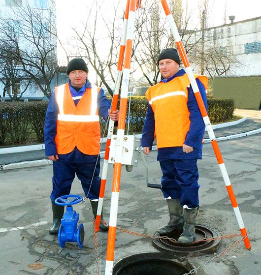 Слесари аварийно-восстановительных работ В.Г.Гайдуков и В.И.Герасимович проводят работы по замене запорной арматуры.
