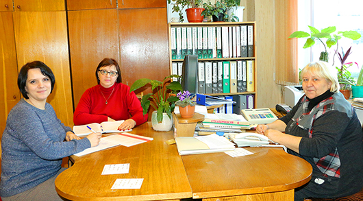 Старшие контролеры отдела по расчетам с потребителями Ж.В.Гончаренко и Е.П.Муравьева, инспектор И.Н.Белуш.