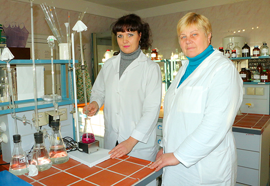 Лаборант 4-го разряда Т.Г.Титова и агрохимик                          Г.Г.Журавская определяют жесткость питьевой воды.
