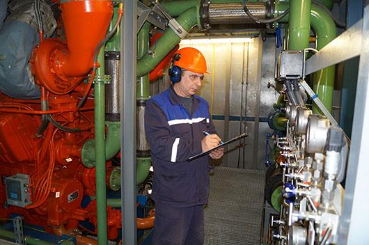 Машинист технологических компрессоров осуществляет контроль параметров работы газоперекачивающего агрегата.