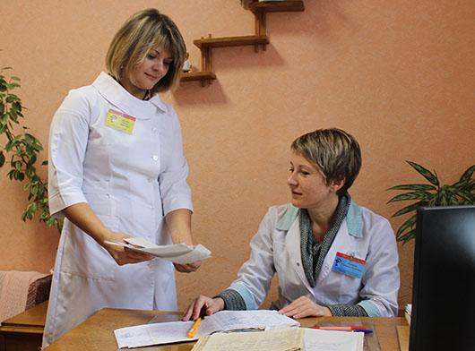 Заведующая отделением Т.Я.Буракова и старшая медсестра ОМР И.П.Цылько обсуждают методы лечения очередного пациента.