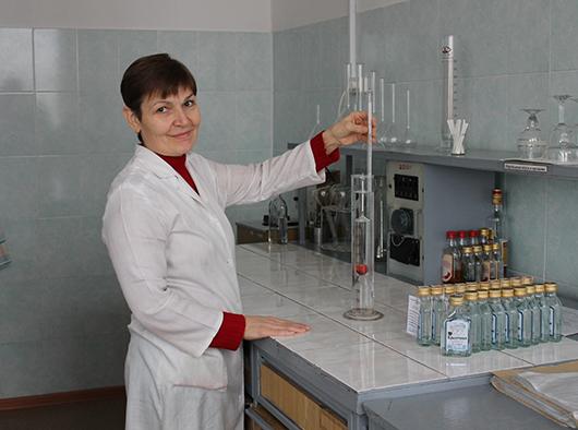 Лаборант Жанна Михайловна Бобр измеряет крепость водки.