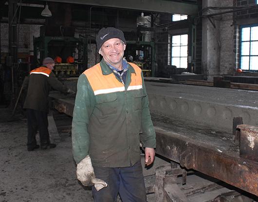 Самый опытный формовщик предприятия Николай Степанович Бычковский.