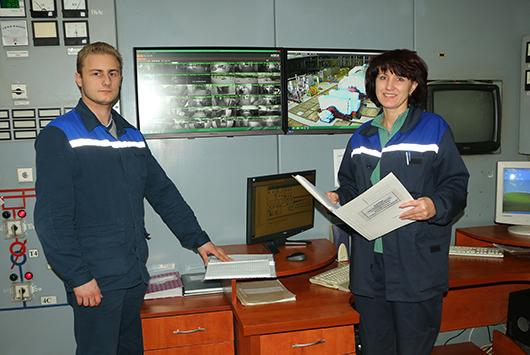 """Начальник смены электроцеха Ю.М.Сиваков и электромонтер ГЩУ М.В.Волошина: """"Настроение хорошее, результаты тоже!"""""""