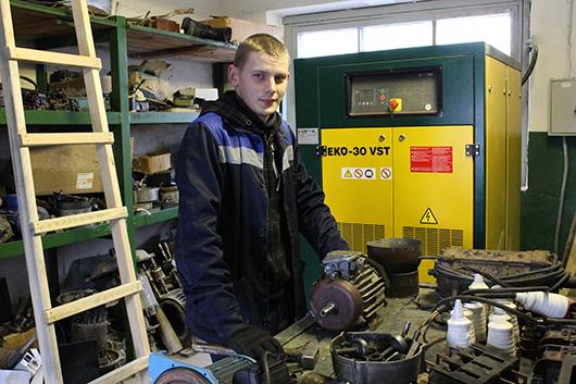 Молодой талантливый электромонтер Станислав Валерьевич Климкович продолжает дело своего деда Анатолия Петровича, который работает также в электроцехе.