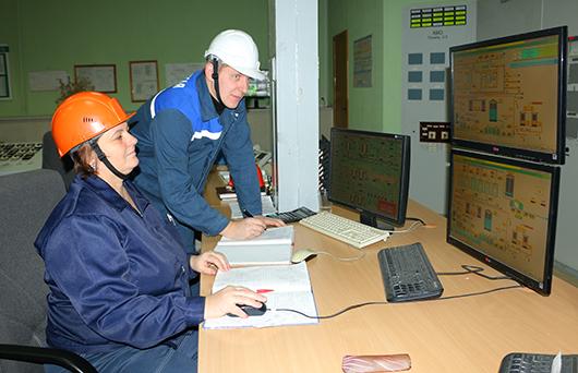 Начальник смены химического цеха К.А. Стрельцов и аппаратчик Г.Г.Борисевич осуществляют контроль за уровнем щелочи в мернике.