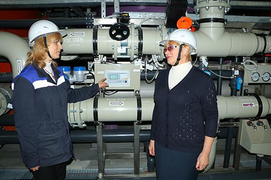 Инженер Т.Р.Швед и начальник химического цеха Е.Г.Крайнева на установке по приготовлению обессоленной воды следили за показателем ее электропроводности (качества).