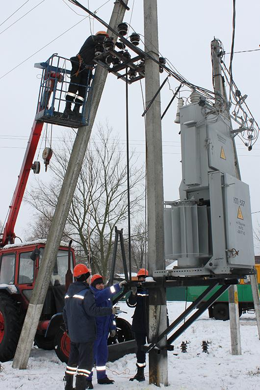 Бригада мастера Мозырского сельского РЭС Е.А.Вислоуха производит замену разъединителя 10 кВ на комплектной трансформаторной подстанции в н.п.Новики.