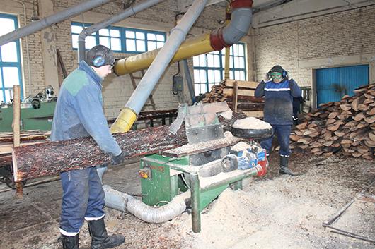 Геннадий Пугачев и Виталий Асадчий работают на процессе переработки горбыля.