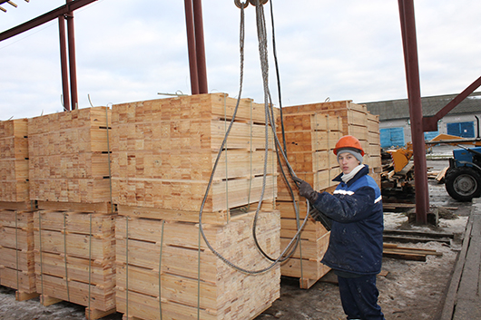 Стропальщик Иван Мороз выполняет погрузку продукции на экспорт.