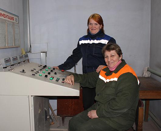 Сердце завода — БСУ. В операторской Инна Семеновна Бельская и Валентина Алексеевна Буравлева.