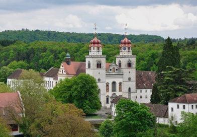 Жителям швейцарской деревни будут раздавать по 2 500 долларов каждый месяц