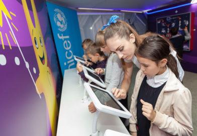 Более тысячи школьников посетили выставку «Вселенная интернета» — работа экспозиции продлена до конца года