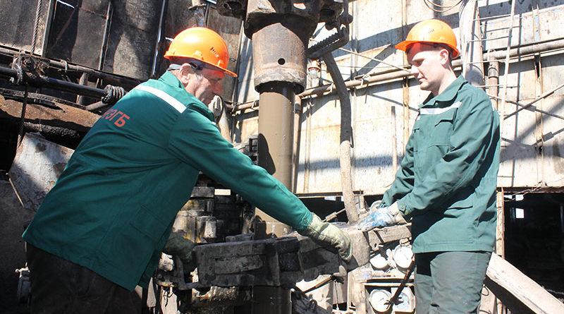 бесперебойность процесса бурения скважины обеспечивают слесарь П. С. Голенчук и помощник бурильщика В. О. Муратов.