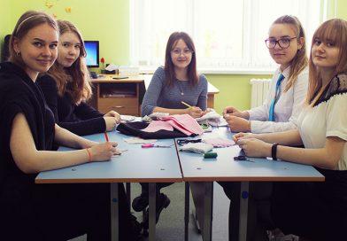 Участники волонтерской акции «Время помогать» средней школы № 16 начали шить защитные маски и раздавать их всем желающим
