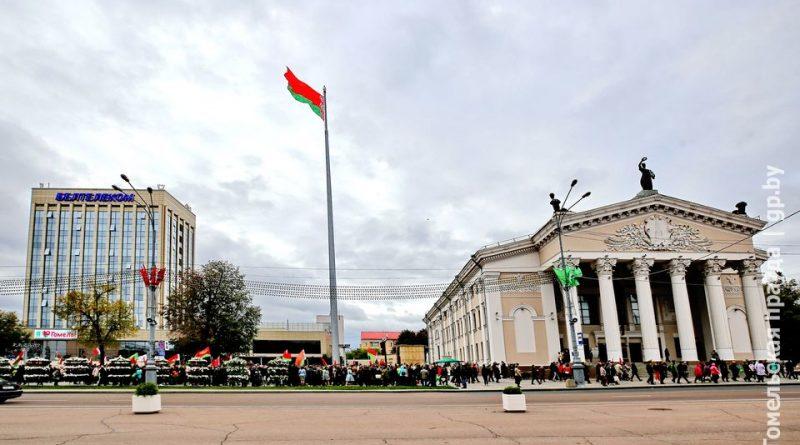 В Гомеле на новый 60-метровый флагшток торжественно подняли государственный флаг Беларуси